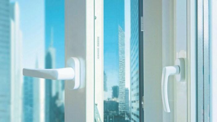 Многие проблемы с пластиковыми окнами связаны с некачественным монтажом. /Фото: i.ytimg.com