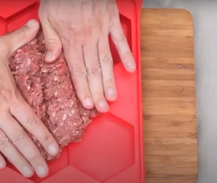 Удобная и практичная форма, которая облегчит приготовление котлет. /Фото: youtube.com