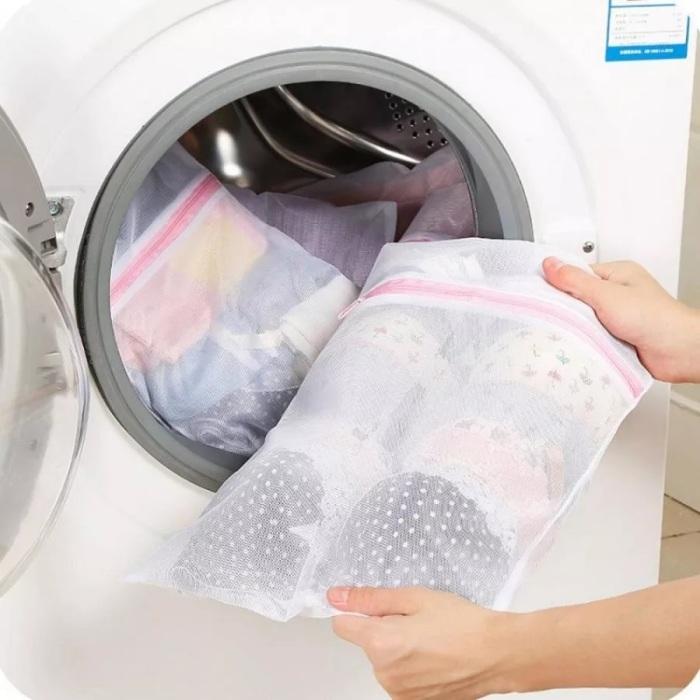 Мешки для стирки позволяют бережно стирать деликатные вещи. /Фото: http2.mlstatic.com