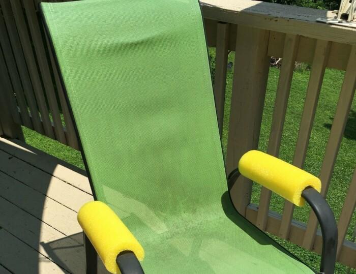 Накладки на подлокотники сделают садовое кресло удобнее. /Фото: d1hvy853o5y8ex.cloudfront.net