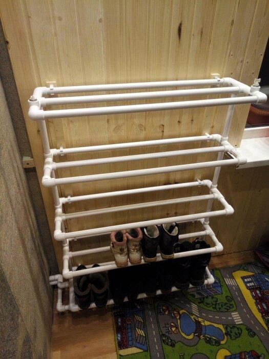 Довольно простая конструкция, которая позволит с успехом разместить любое количество обуви. /Фото: rukami.boltai.com
