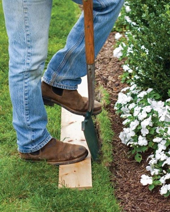 Ровное окапывание газона легко достигается с помощью доски. /Фото: i.pinimg.com
