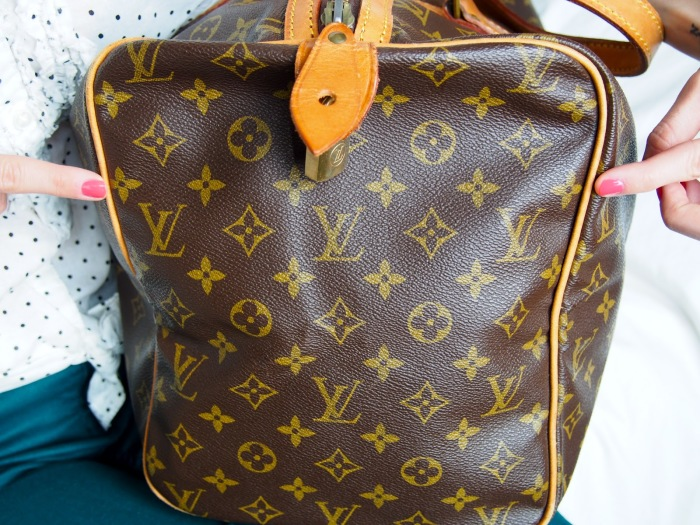 Согласитесь, сумка «Луи Виттон» в общественном транспорте смотрится странно и нелепо. Любая подделка удешевляет образ. /Фото: wondermika.com