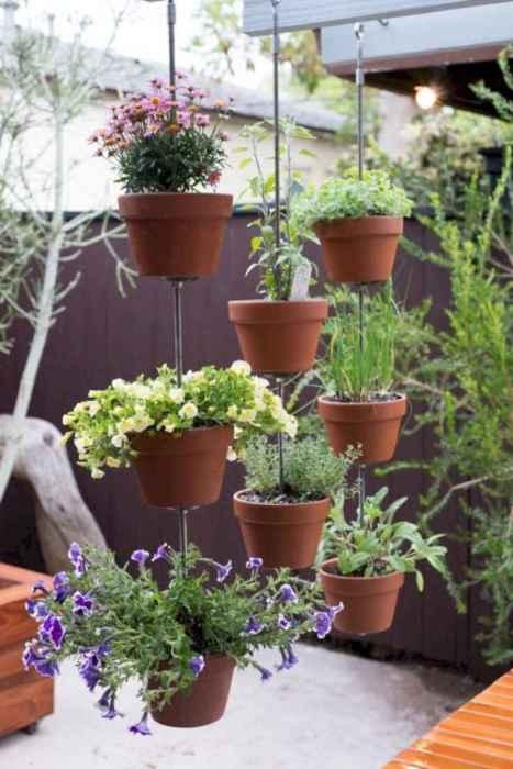 Отличная идея, как для веранды, так и для балкона или квартирного цветника. /Фото: homeideas.co