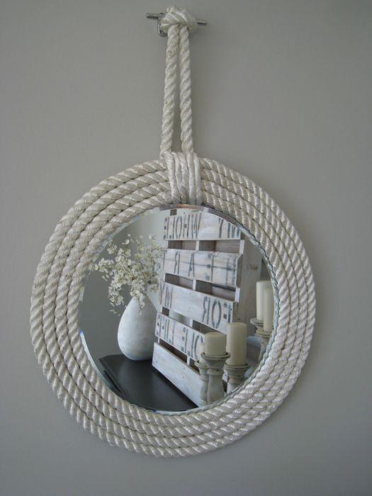 Простое зеркало с помощью веревки превращается в стильный элемент интерьера. /Фото: i.pinimg.com