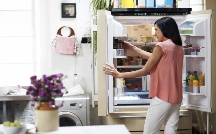 Емкость с содой избавит от неприятного запаха из холодильника. /Фото: thespruce.com