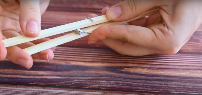 Модернизация палочек для тех, кто плохо владеет искусством их применения. /Фото: youtube.com