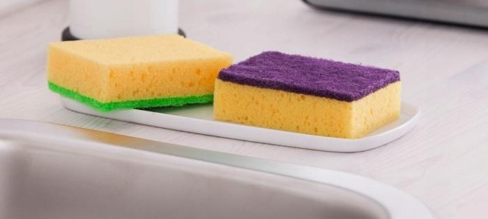 Частая смена губок на кухне поможет уберечь свое здоровье. /Фото: hyser.com.ua
