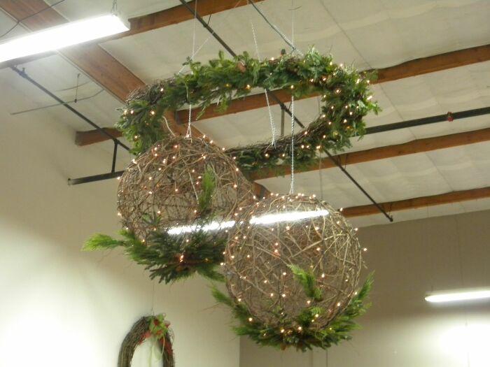Такие красивые шары из веревки можно подвесить, либо положить на стол, другую мебель или пол. /Фото: i.pinimg.com
