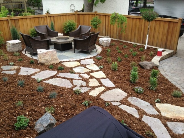Сочетание мульчи и камня создает эффект нетронутой природы. /Фото: evolvingenvironments.com