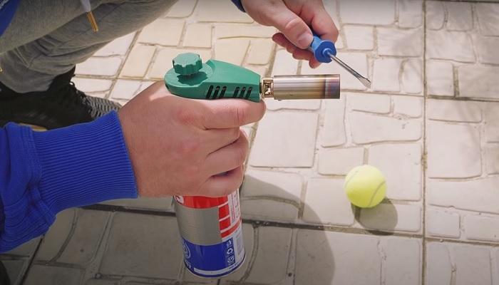 С помощью отвертки и теннисного мяча можно открыть дверь машины. /Фото: youtube.com