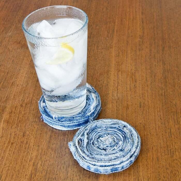 Из джинсовых швов легко сворачивается подставка под посуду. /Фото: media1.popsugar-assets.com