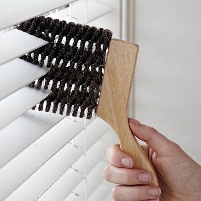 Щетка легко смахивает пыль с жалюзи. /Фото: cleanimport.fi
