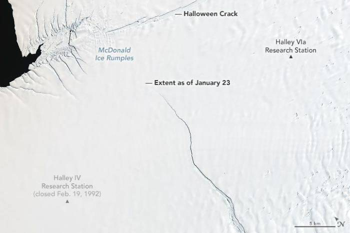 Трещина «Хэллоуин» на шельфе Бранта. Фото спутника NASA. /Фото: d.newsweek.com