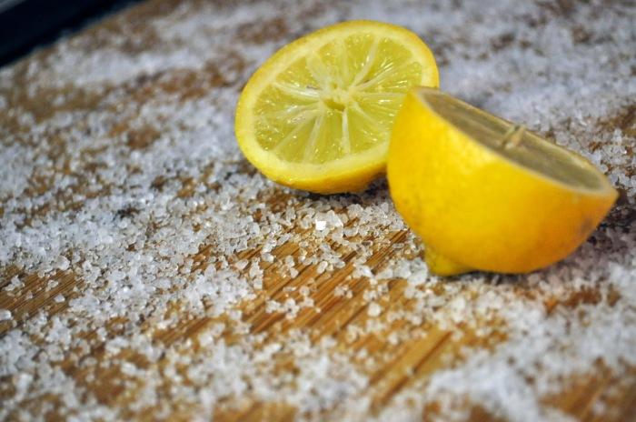 На разделочной доске всегда остаются микробы и неприятные запахи после каждой готовки. /Фото: i0.wp.com