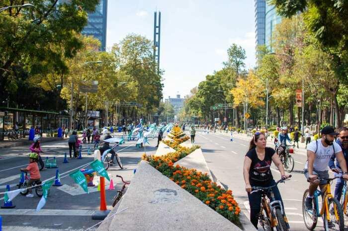 Улица Пасео-де-ла-Реформа по воскресеньям закрыта для автомобилей. /Фото: thecreativeadventurer.com