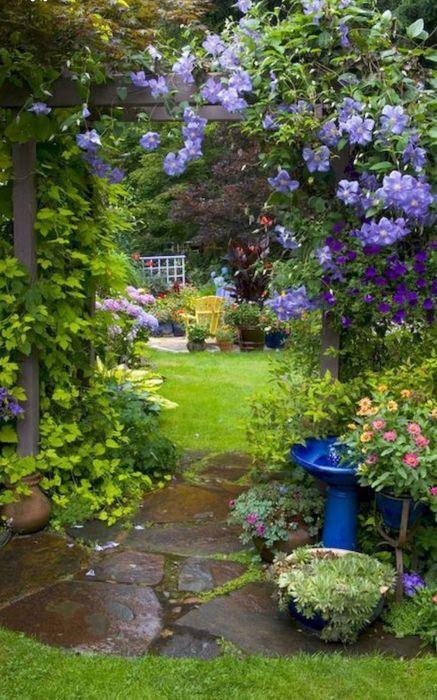 В саду цветов много не бывает. /Фото: i.pinimg.com