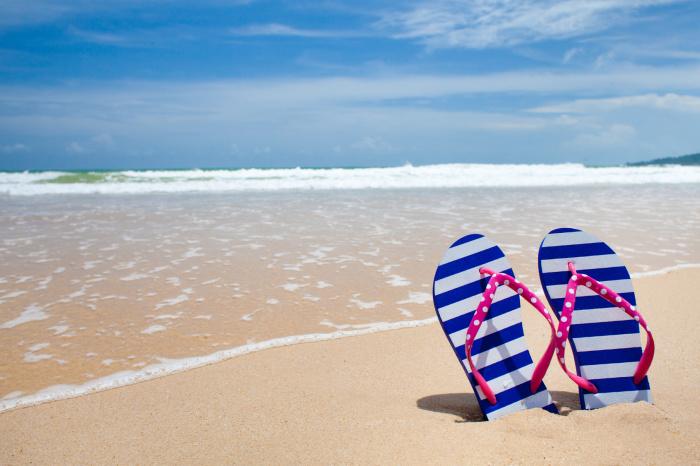 Пляжные сланцы всегда будут под рукой, и защищены от песка, если закрепить их на сумке. /Фото: it-markt.ch