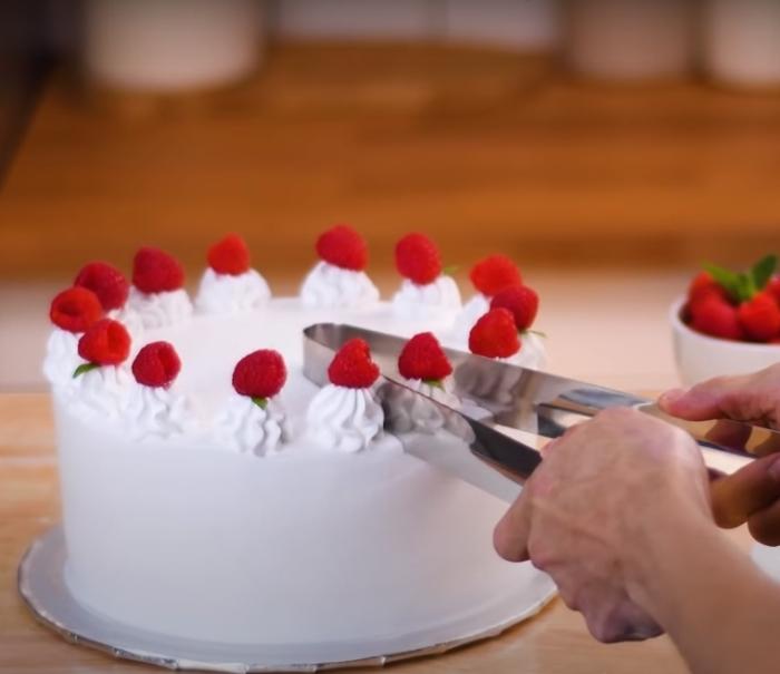 Оригинальный способ нарезки десертов. /Фото: youtube.com