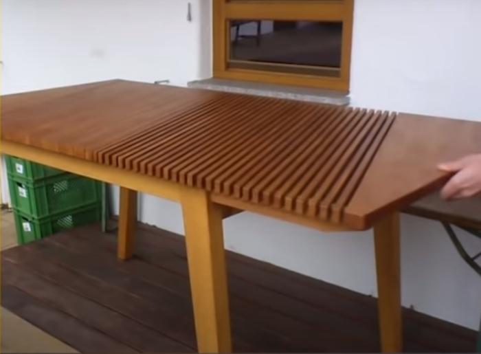 Столы могут растягиваться, причем в прямом смысле слова. /Фото: youtube.com