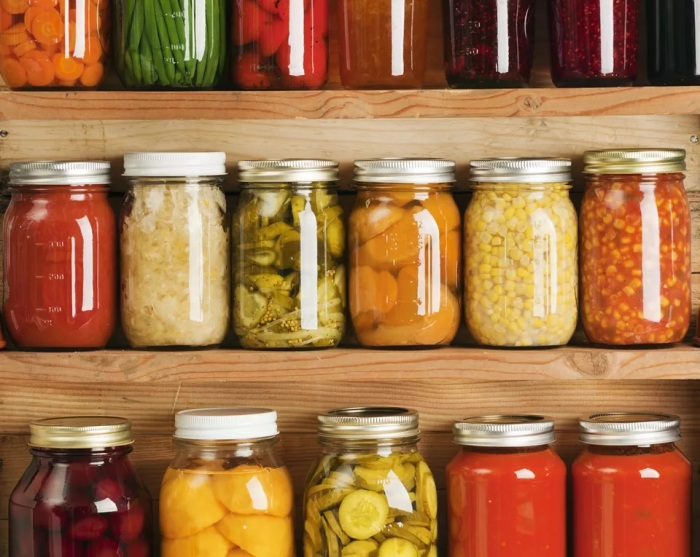 Консервирование помогает сохранять продукты несколько лет. /Фото: thespruceeats.com