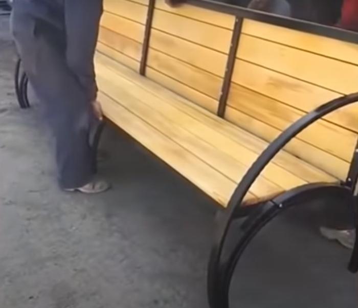 В итоге получается комфортабельная скамейка со спинкой. /Фото: youtube.com
