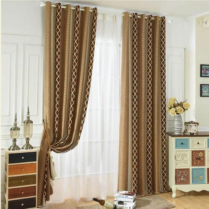 Близкие бежевые оттенки создают мягкий контраст, а вертикальный орнамент «поднимает» потолок. /Фото: cdn.shopify.com