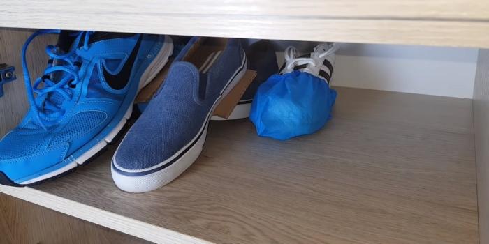 На глубоких полках эргономичнее расставлять обувь из пары не рядом друг с другом, а одну за другой – тогда и доставать удобно, и искать не нужно.