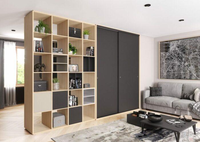 Шкаф удачно комбинируется со стеллажом при зонировании. /Фото: re-konstrukcia.sk
