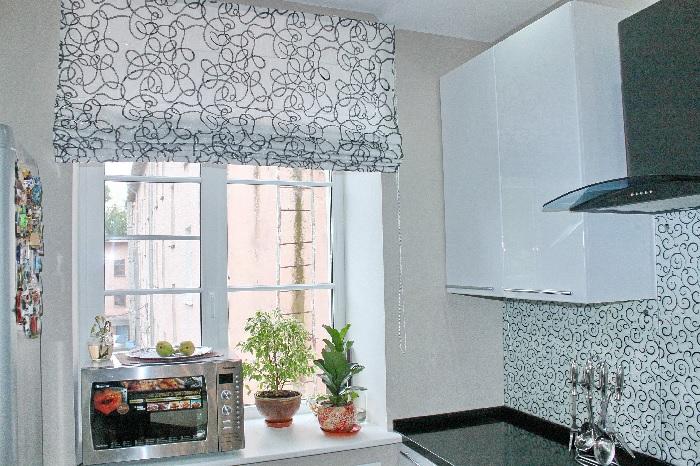Окна, оформленные в современном стиле, зачастую смотрятся гармоничнее и уютнее. /Фото: