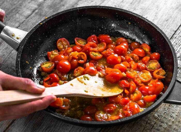 Кислые продукты способствуют разрушению антипригарного слоя. /Фото: i2.wp.com