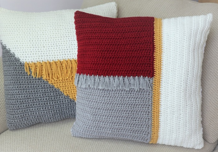 Колор-блок делает подушки ярким акцентом интерьера. /Фото: crazycoolcrochet.com