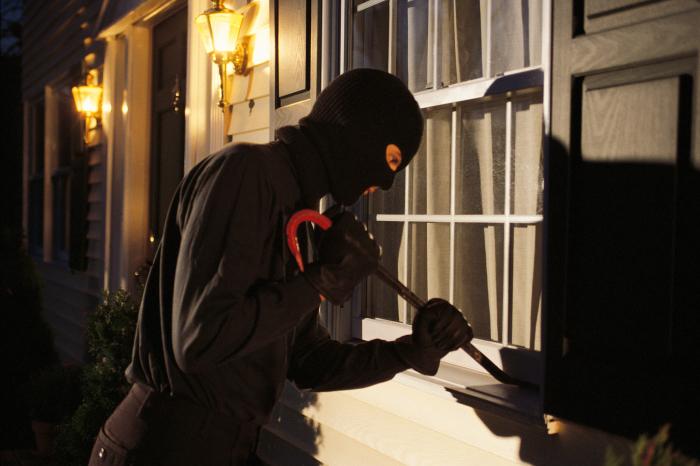 По окнам проще всего определить, есть кто-нибудь дома или нет. /Фото: s.hswstatic.com