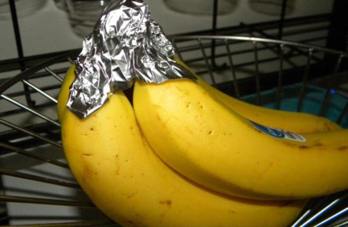С фольгой бананы намного дольше остаются свежими. /Фото: maminy-shpargalki.com
