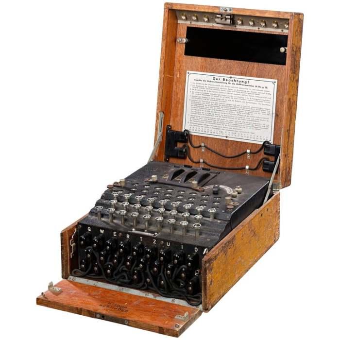 Шифровальная машина переводила сообщения в азбуку Морзе. /Фото: a.1stdibscdn.com
