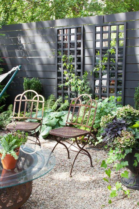 Черный высокий забор может удивительно преобразить пространство. /Фото: hips.hearstapps.com