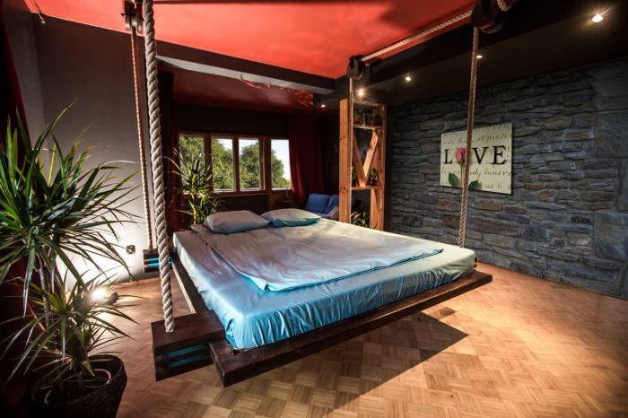 Яркий акцент в оформлении спальной комнаты. /Фото: decorfacil.com