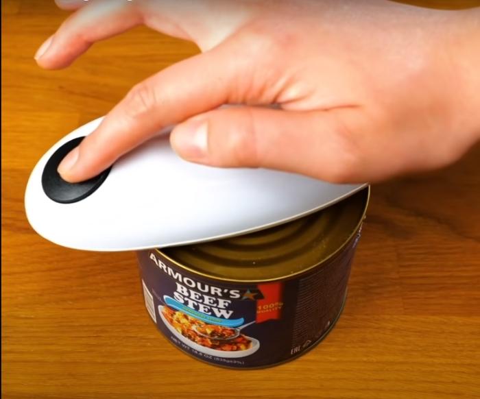 Устройство, которое значительно облегчит рутинную задачу. /Фото: youtube.com
