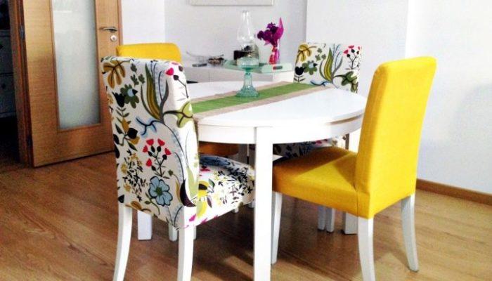 Старые стулья + старая подушка = новенькие сидения. /Фото: pobudova.in.ua