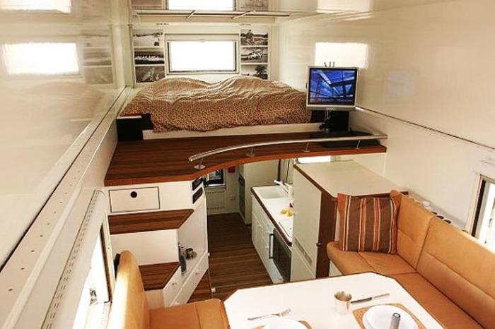 Интерьер продуман до мелочей: использован каждый сантиметр пространства. /Фото: blog.mighway.com