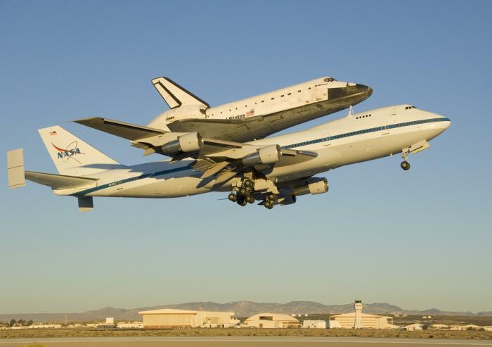Самолет-носитель Boeing-747SCA транспортирует шаттл Endeavour. /Фото: nasa.gov