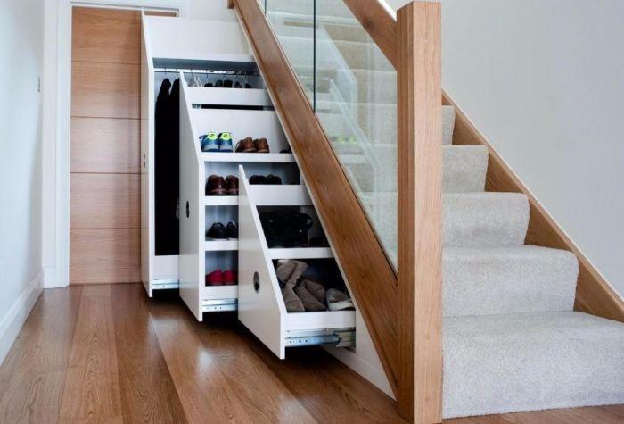 Многофункциональное и практичное решение для зоны под лестницей. /Фото: bezkovrov.com