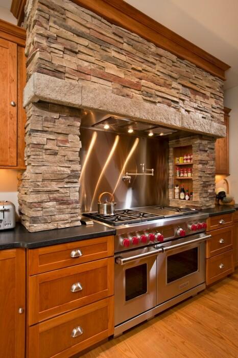 Каменное обрамление печи создает впечатление очага. /Фото: i2.wp.com