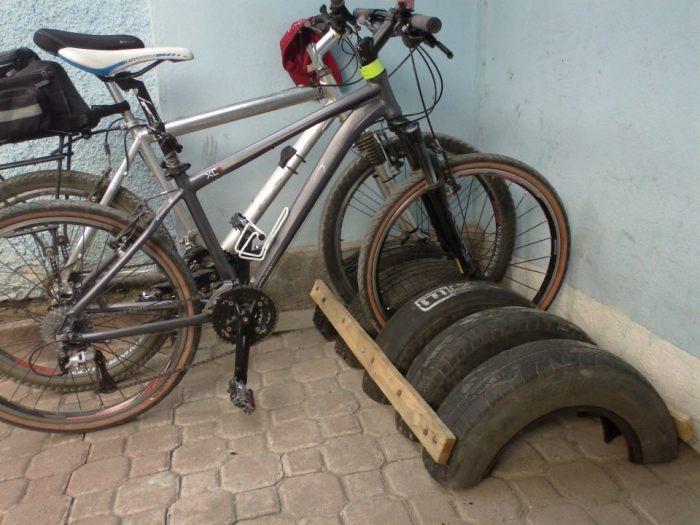 Из половинок шин и двух реек получается мобильная велопарковка. /Фото: 2.bp.blogspot.com