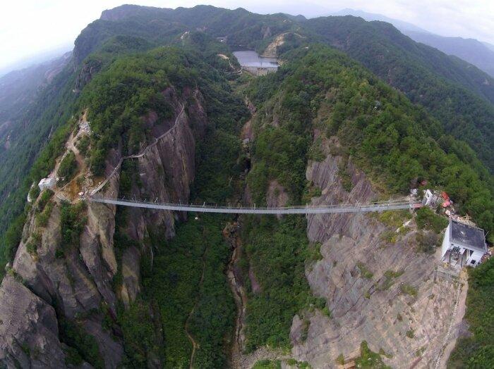 Головокружительные эмоции от прогулки по стеклянному мосту запомнятся надолго. /Фото: media.cntraveler.com