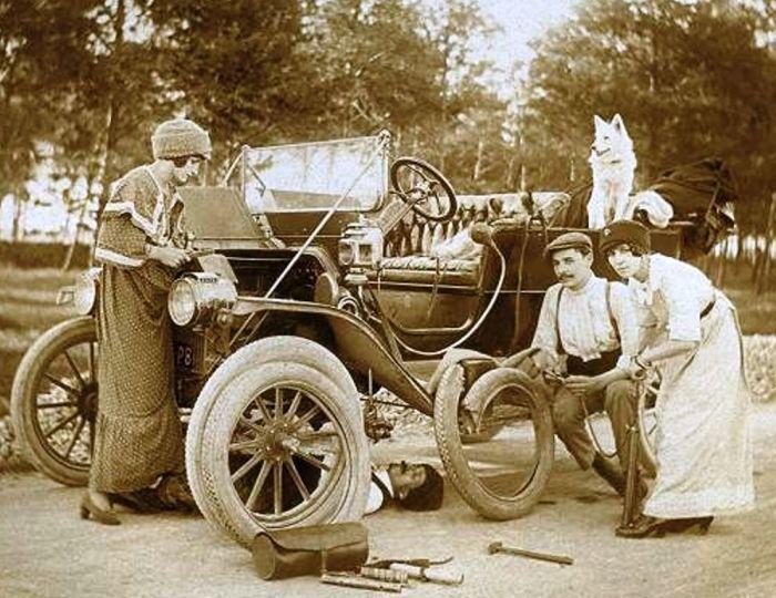 До появления запасного колеса замена проколотой шины была целой эпопеей. /Фото: i3.wp.com
