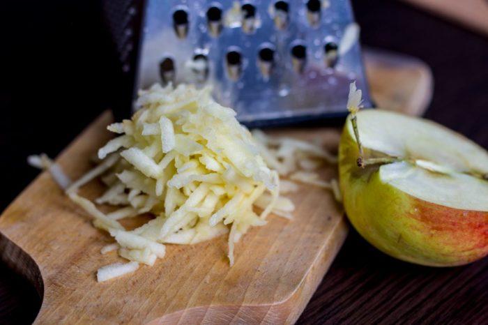Яблоко плюс сливочное масло – и потрескавшиеся губы спасены. /Фото:zefira.net