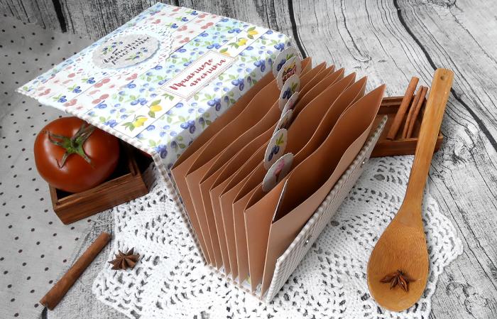 Чтобы не испортить карточки кухонных рецептов при готовке, можно натереть их воском. /Фото: 2.bp.blogspot.com