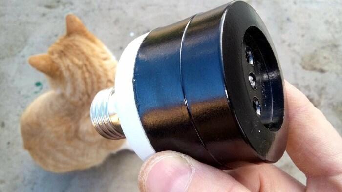 Из обычной лампочки можно сделать переносную розетку. /Фото: i.ytimg.com
