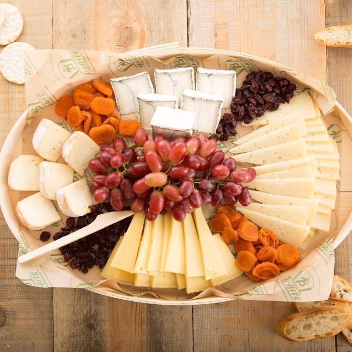 Какой праздничный стол без «сырной» тарелки? /Фото: cdn9.bigcommerce.com